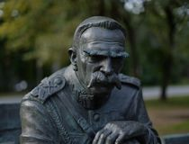 Monumentet av Jozef Pilsudski har lokaliserats i Sulejowek nära Warszawa A royaltyfria foton