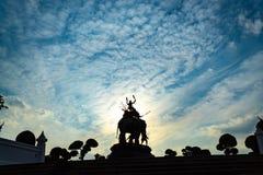 Monumentet av konungen Sri Suriyothai på Thung Makham Yong arkivbild