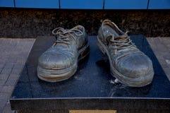 Monumentet av utsliten sko` för `, kiev ukraine Det göras av brons Arkivfoto