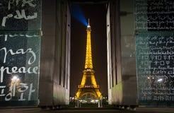 Den mästarede Fördärva Fred monumentet och Eiffel står hög Royaltyfri Fotografi