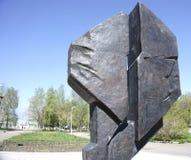 Monumentet göras av gjutjärn - Ryssland - Berezniki 10 Juni 2017 Fotografering för Bildbyråer