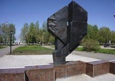 Monumentet göras av gjutjärn - Ryssland - Berezniki 10 Juni 2017 Royaltyfria Foton