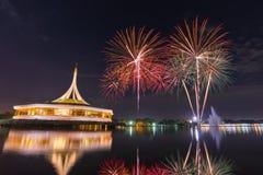 Monumentet på offentligt parkerar Suan Luang Rama IX med färgrika fyrverkerier, Bangkok, Thailand arkivbild