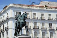 Monumentet som gör till kung Charles III på Puerta del Sol arkivfoto