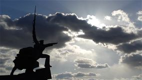 Monumentet som tjäna som soldat, och sjömannen på bakgrunden fördunklar lager videofilmer