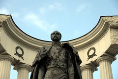 Monumentet till Alexander II befriaren, nära domkyrkan av Kristus frälsaren i Moskva royaltyfri bild