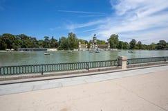 Monumentet till Alfonso XII i den Parque del Buen Retiro `en parkerar av den angenäma reträtt`en, Madrid, Spanien royaltyfria foton