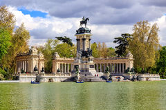 Monumentet till Alfonso XII i Parquen del Buen Retiro parkerar av den angenäma reträtten i Madrid, Spanien Royaltyfria Bilder