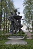 Monumentet till dansa flickor i parkerar av nationell teater för för den akademikerBolshoi operan och balett royaltyfri fotografi