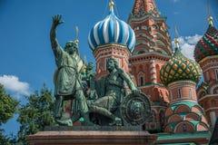Monumentet till den Minin och Pozharsky n framdelen av helgonet Basil& x27; s-domkyrka royaltyfri bild
