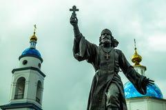 Monumentet till den regements- prästen i staden av Maloyaroslavets av den Kaluga regionen i Ryssland Royaltyfri Foto