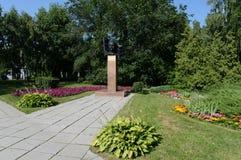 Monumentet till Maxim Caplina - ordförande av den militära revolutionära kommittén och Barnaul rådet av arbetar` och soldat` dep Royaltyfri Fotografi