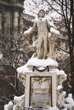 Monumentet till Mozart i Wien täckte vid snow Royaltyfria Bilder