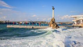 Monumentet till rusad ryss sänder för att blockera ingången till Sevas royaltyfri fotografi