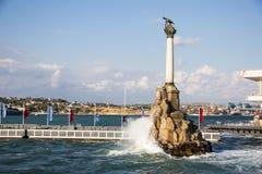 Monumentet till rusad ryss sänder för att blockera ingången till Sevas royaltyfria foton