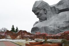 Monumentet till sovjet tjäna som soldat i den Brest fästningen arkivbild