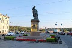 Monumentet till Suvorov i klädseln av guden av kriget fördärvar St Petersburg arkivfoton