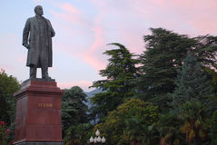 Monumentet till Vladimir Lenin i Yalta mot aftonhimlen Arkivbild