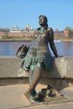Monumentflicka-turist slut upp, april dag veliky novgorod för antagandeauktionkyrka Royaltyfri Bild