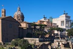 Monumenti antichi, rovine e colonne in Roman Forum Il della Patria di Altare anche conosciuto come il Monumento Nazionale Vittori Immagini Stock