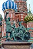 Monumenti di Mosca sul quadrato rosso a Minin e a Pozharskiy fotografie stock