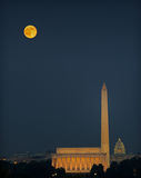 Monumenti di Washington e luna di raccolta Fotografia Stock