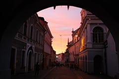Monumenti storici lungo la via famosa in Città Vecchia di Vilnius Immagini Stock