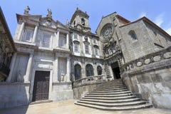Monumentkyrka av fasaden för St Francis Sao Francisco i Porto Royaltyfri Bild
