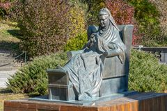 Monumento à imperatriz Elizabeth do russo no castelo de Peles do parque em Romênia fotos de stock