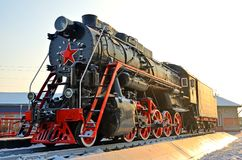 Monumento à locomotiva de vapor velha Tais locomotivas de vapor foram usadas na primeira metade do século XX, na União Soviética imagem de stock