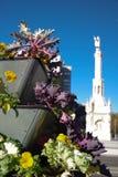 Monumento μια άνω και κάτω τελεία του Cristobal και διακοσμητικά λουλούδια, Μαδρίτη, Ισπανία Στοκ φωτογραφία με δικαίωμα ελεύθερης χρήσης