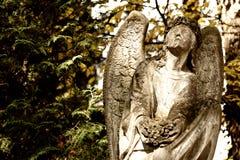 Monumento ad un angelo su un cimitero Fotografie Stock Libere da Diritti