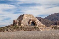Monumento agli archeologi alle vecchie rovine di pre-inca di Pucara de Tilcara - Tilcara, Jujuy, Argentina della piramide fotografie stock libere da diritti
