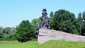 Monumento ai cittadini ed ai prigionieri di guerra sovietici dei soldati dell'esercito sovietico, Kiev, stock footage