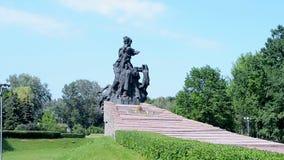 Monumento ai cittadini ed ai prigionieri di guerra sovietici dei soldati dell'esercito sovietico, Kiev, archivi video