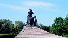 Monumento ai cittadini ed ai prigionieri di guerra sovietici dei soldati dell'esercito sovietico, Kiev, Ucraina, video d archivio