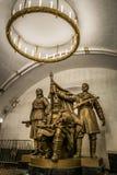 Monumento ai partigiani bielorussi alla stazione della metropolitana di Belorusskaya a Mosca, Russia fotografie stock libere da diritti