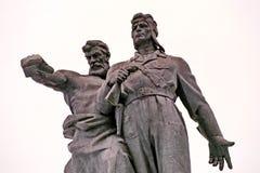 Monumento ai soldati del corpo volontario del carro armato di Ural Scultura del lavoratore anziano e di giovane autocisterna, sim fotografie stock