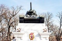 Monumento ai soldati morti nella seconda guerra mondiale Serbatoio t-34 fotografie stock