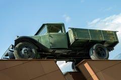 Monumento al camión verde militar viejo que fue utilizado durante el th imagen de archivo
