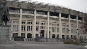 Monumento al capo della perestrojka in Luzhniki-Vladimir Lenin! stock footage