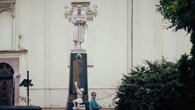 Monumento al combatiente caido en el centro de ciudad almacen de video