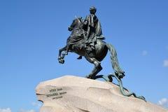Monumento al ` de bronce del jinete del ` de Peter I contra la perspectiva del cielo St Petersburg fotografía de archivo