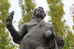 Monumento al gran poeta ruso A S Pushkin en el terraplén de la ciudad con las telarañas fotografía de archivo
