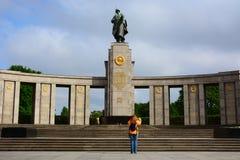 Monumento al Guerrero-libertador soviético en el parque de Treptower foto de archivo