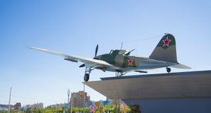 Monumento al Il-2, che ha combattuto nella seconda guerra mondiale ed installato in Samara Russia Un giorno di estate soleggiato fotografia stock libera da diritti