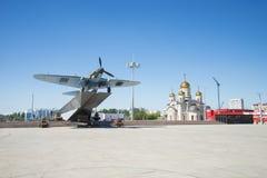 Monumento al Il-2, che ha combattuto nella seconda guerra mondiale ed installato in Samara Russia Un giorno di estate soleggiato immagine stock
