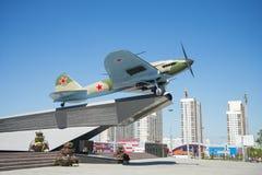 Monumento al Il-2, che ha combattuto nella seconda guerra mondiale ed installato in Samara Russia Un giorno di estate soleggiato immagine stock libera da diritti