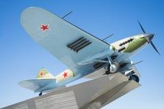 Monumento al Il-2, che ha combattuto nella seconda guerra mondiale ed installato in Samara Russia Un giorno di estate soleggiato fotografia stock