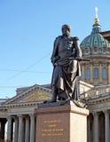 Monumento al mariscal de campo Barclay-de-Tolly contra la perspectiva de la catedral de Kazán St Petersburg imagen de archivo